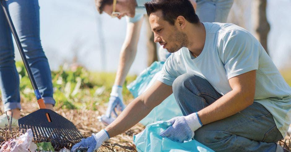 Voluntario sembrando un árbol.