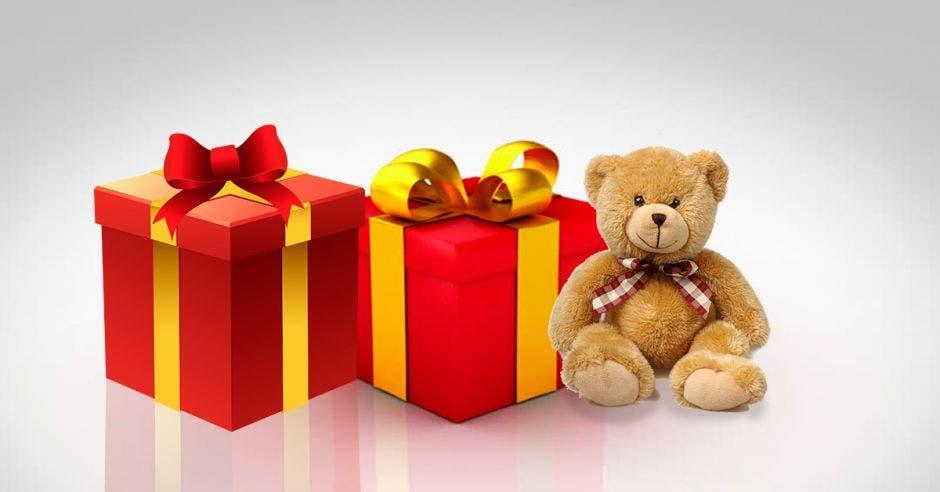cajas de regalos y oso de peluche