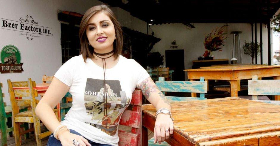 Valeria Zuluaga joven de pelo corto con camisa blanca y un tatuaje en su brazo izquierdo