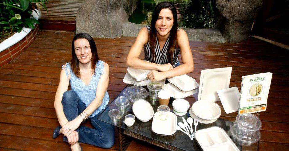 Marta y Marcela Ramírez, dueñas de Salmapack, junto a una muestra de sus productos.