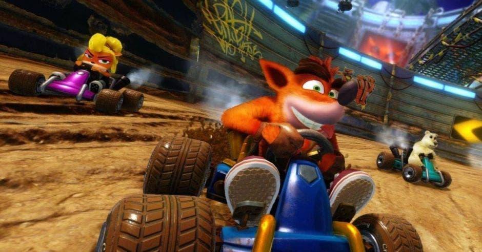 Crash Bandicoot rodando en su automóvil a todo gas