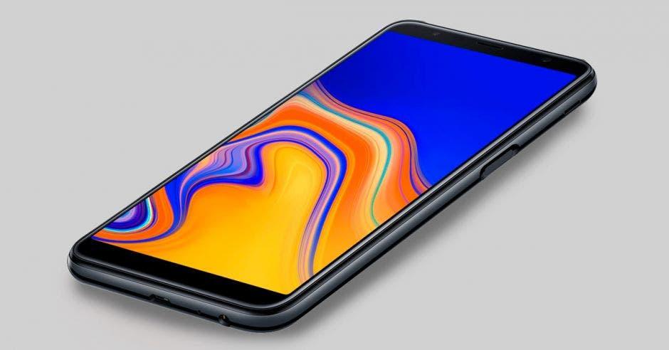 El celular j6 plus sobre una mesa gris