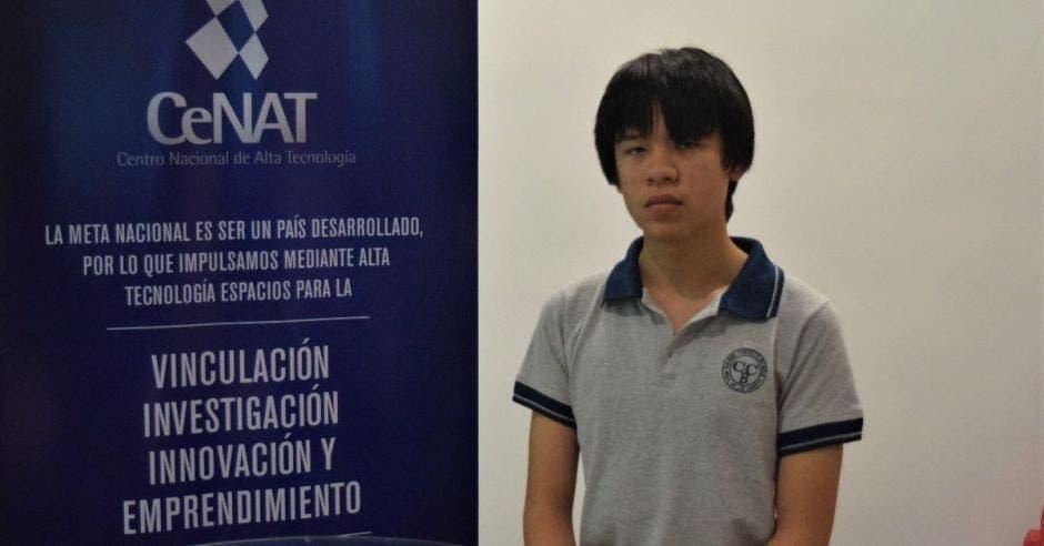 Alejandro Reyes posa frente a una pancarta del Cenat