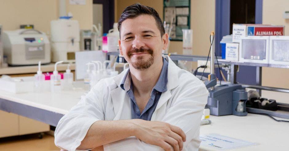 Christian Marín en su laboratorio