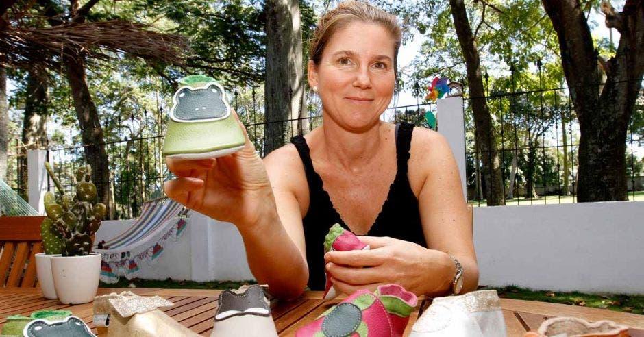 Nathalie De Mulder rubia, con una blusa negra enseñando parte de sus productos