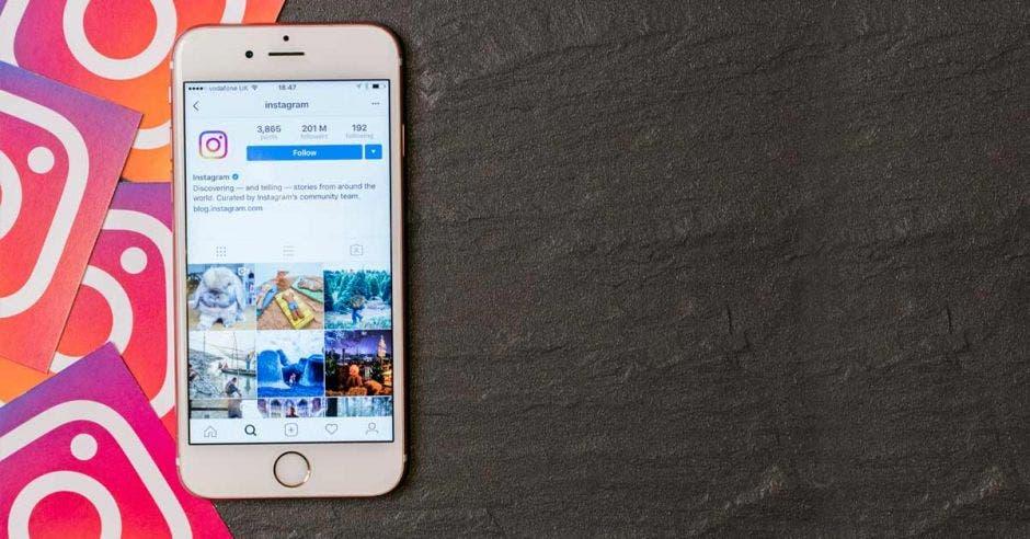 Un celular con la aplicación de Instagram abierta