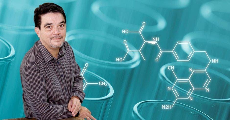 Un fondo alusivo a ciencia detrás de la figura de Hugo Hidalgo