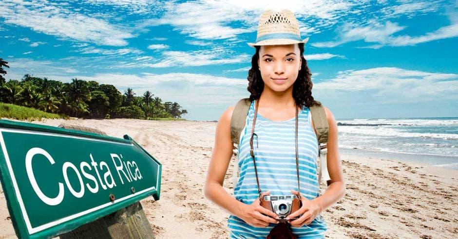 Una turista posa en una playa