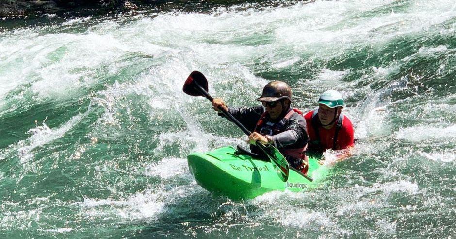 Una kayakero de seguridad siendo entrenado en los rápidos de un río.