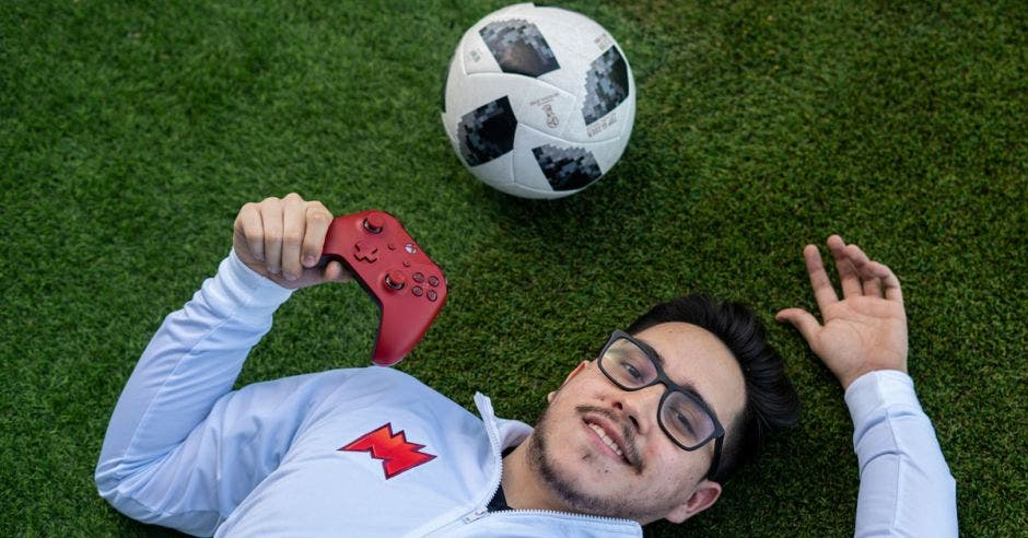 Javier Álvarez sostiene un control de videojuegos