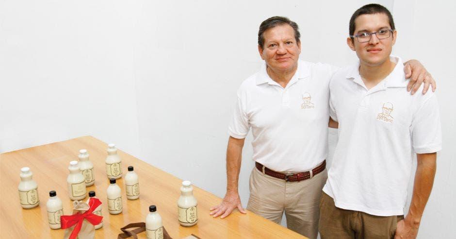Francisco Castro y su hijo, del mismo nombre, heredaron la receta para hacer un rompope diferente