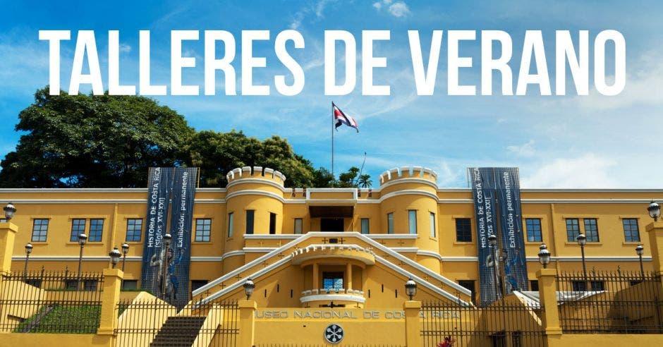 """Fachada del Museo Nacional de Costa Rica y, sobre este, """"Talleres de Vacaciones"""" en letras,"""
