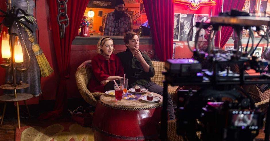 Dos protagonistas de la serie Sabrina admiran el rodaje