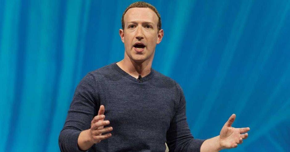 Mark Zuckerberg gesticula y habla a un público