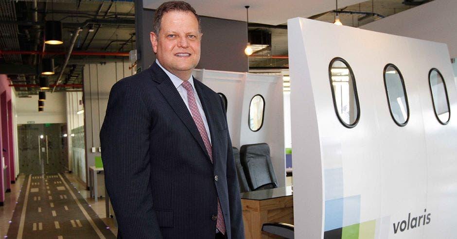 Enrique Beltranena posa en las oficinas de Volaris en Costa Rica