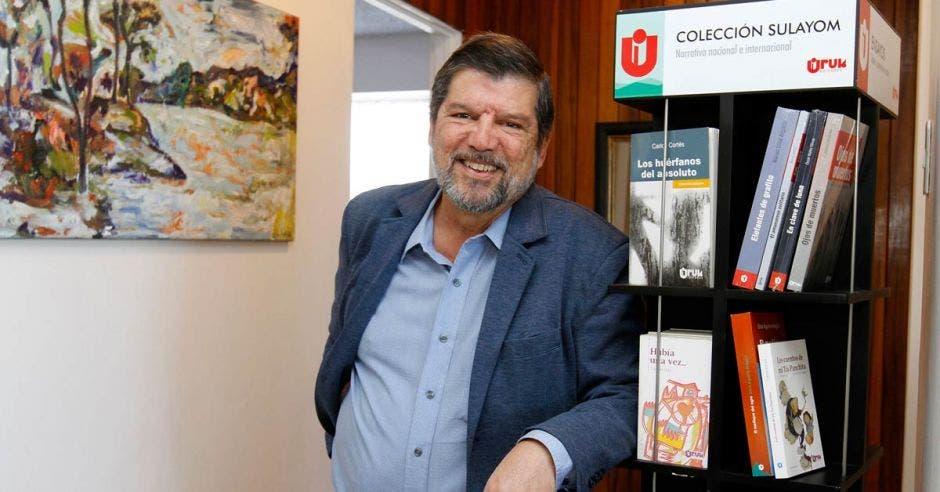 Óscar Castillo, director de Uruk Editores, junto a varios libros de la colección de cuento y novela, Sulayom.
