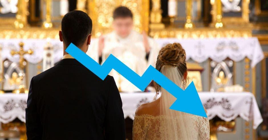 Una flecha azul en caída sobre una imagen de un cura celebrando el matrimonio de una pareja.