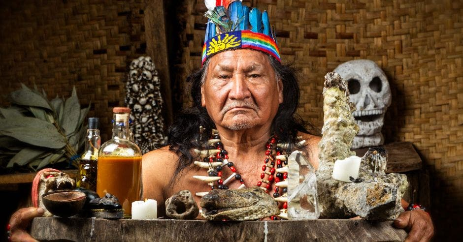 Un chamán en la selva del amazonas ecuatoriano.