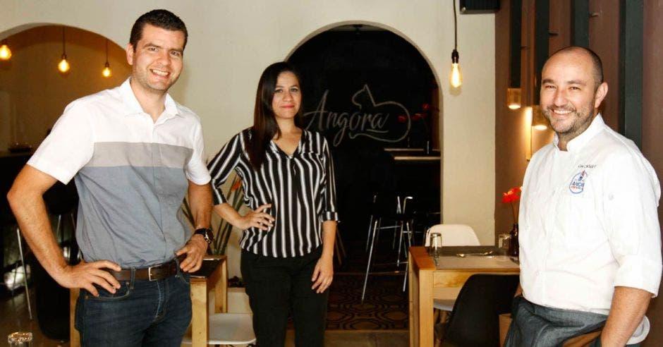 El chef César Chinchilla junto a sus socios Johanna Mora e Iván Méndez. Esteban Monge/La República