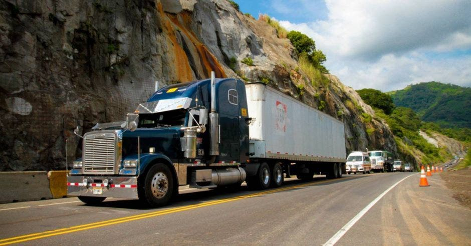 Una camión recorre la ruta 27