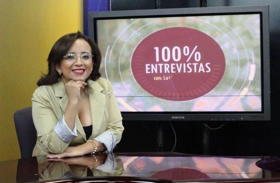 Lucía Pineda posa en 100% noticias junto a una pantalla