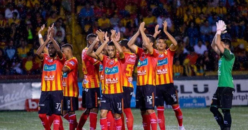 Los jugadores de Herediano celebran la victoria