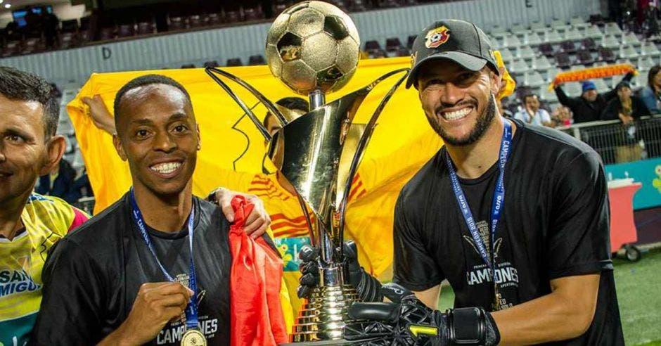 Los jugadores Junior Díaz y Daniel Cambronero festejan el título 27