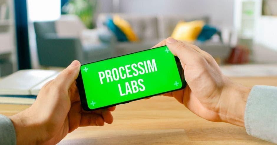 Un celular con el nombre de la empresa Processim Labs