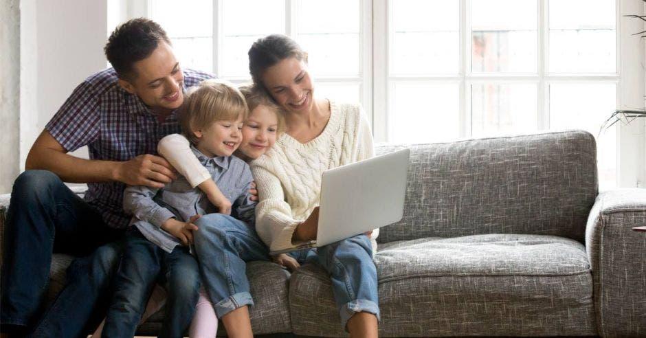 Una familia usa una computadora