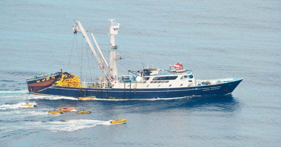Un barco atunero pesca en altamar