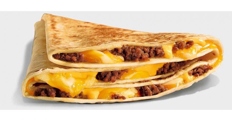 tortilla de harina rellena de carne y quesos