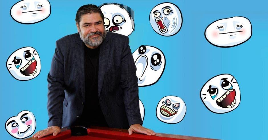 Bernal Esquivel con un fondo de figuras de memes