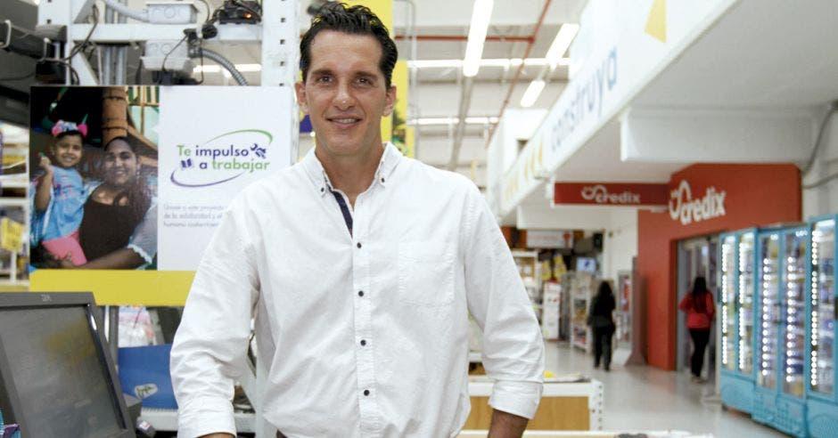José Aguilar posa en una de las tiendas de EPA