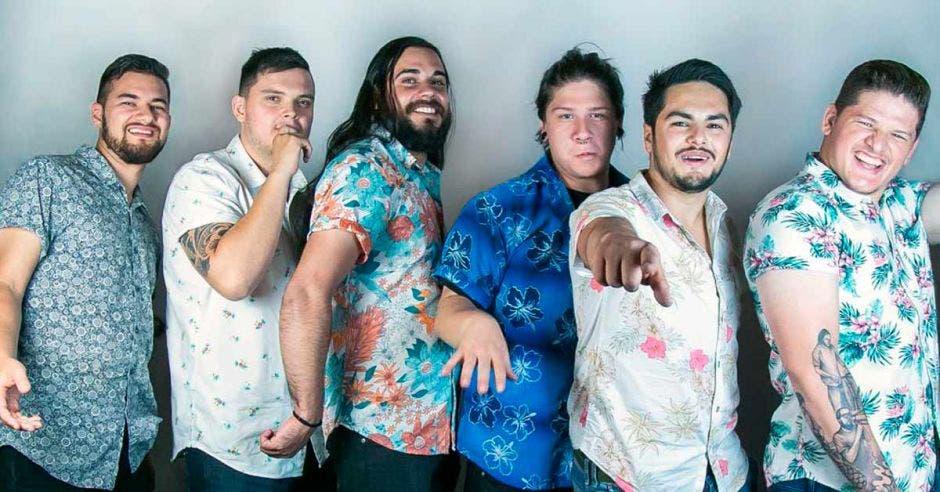 La banda de seis integrantes inició en 2014 para obtener un pequeño ingreso en su tiempo libre y continuó hasta consolidarse en la escena nacional. Cortesía Son de Calle/La República