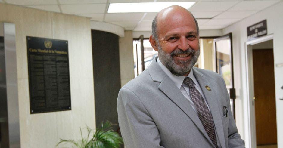 Ministro Carlos Manuel Rodríguez posa en las oficinas del Ministerio de Ambiente