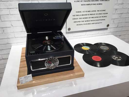 Un tocadiscos con cuatro discos