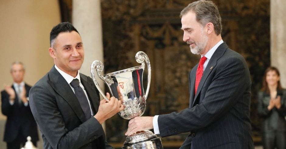 El rey Felipe VI entrega el Premio al Mejor Deportista Iberoamericano del año al costarricense Keylor Navas. Foto tomada de la página oficial de la Casa Real de España/La República