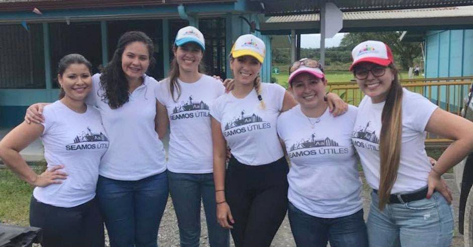 Alrededor de 800 menores serían los beneficiados, según Karla Bocam (tercera de derecha a izquierda), creadora del proyecto Seamos Útiles. Cortesía Seamos Útiles/La República