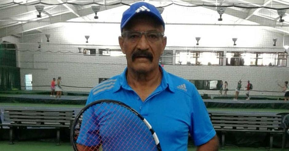 Carlos Mora dedicó una vida al tenis y cosechó recuerdos a lo largo de 55 años en la Copa. Cortesía/La República