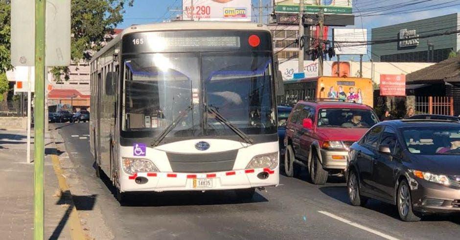 un bus en el carril exclusivo