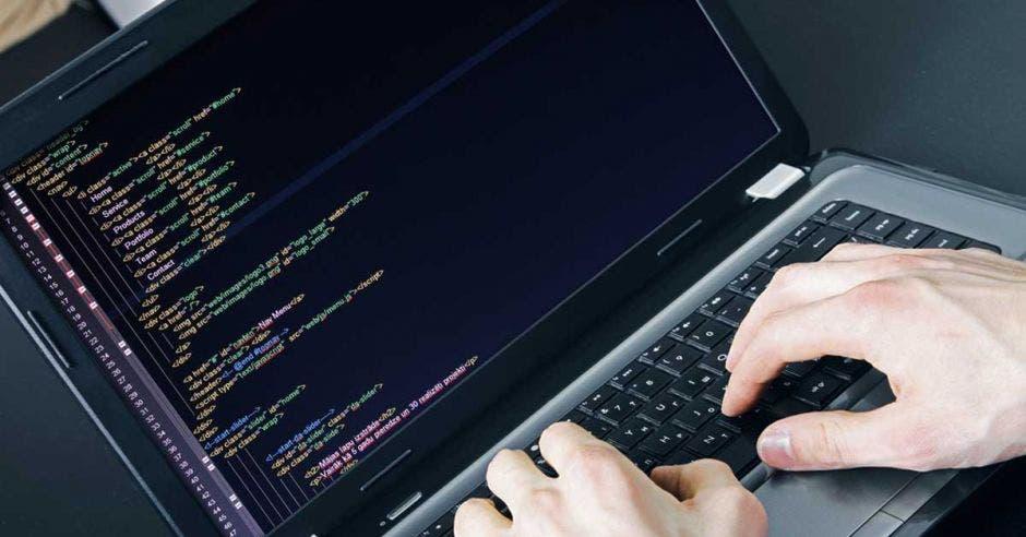 Un programador utiliza una computadora