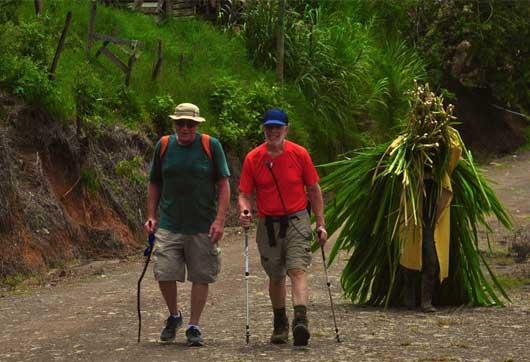 George Horbein (rojo) caminó junto a un cargador de caña en su recorrido. Cortesía El Camino de Costa Rica/La República