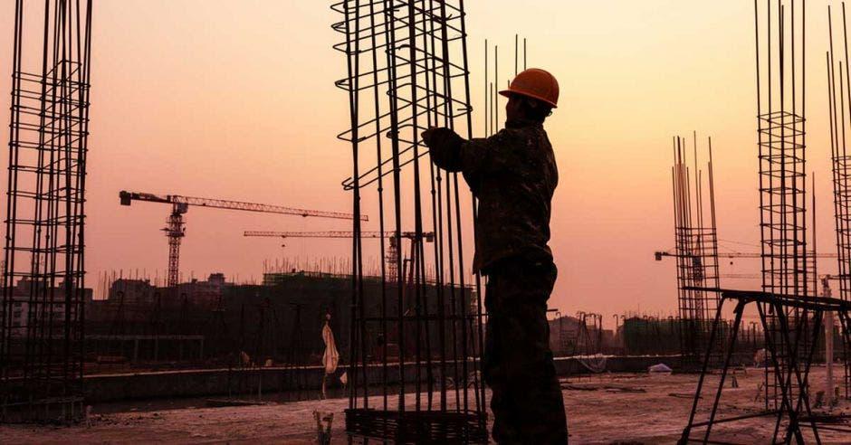 hombre construyendo