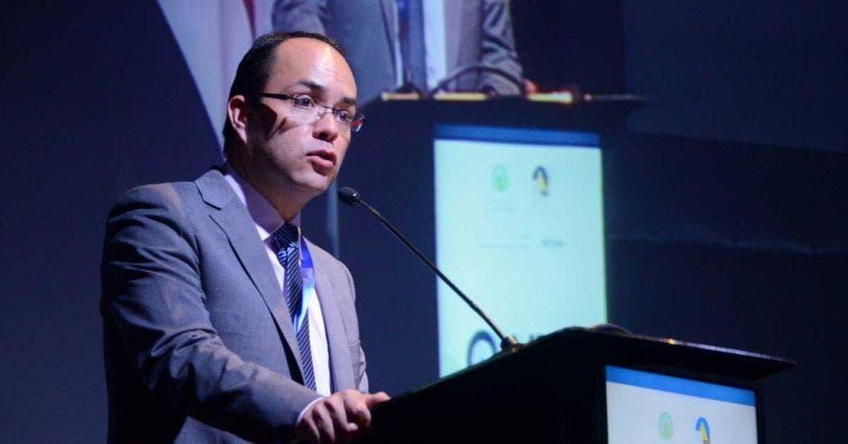 Luis Guillermo Loría expone en un atril