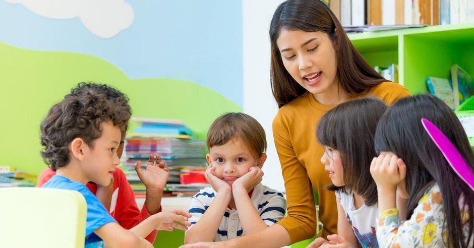 Educadora de preescolar con sus alumnos