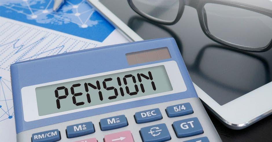 Una calculadora con la palabra pensión escrita