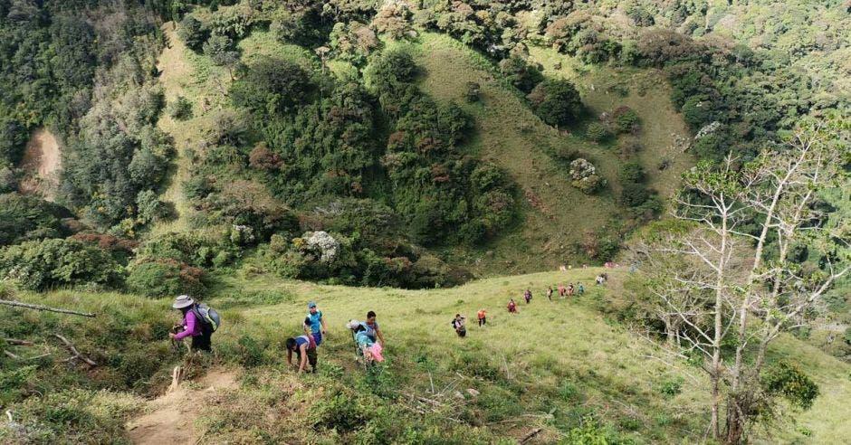 Tramo de kilómetro y medio hasta llegar a la Cruz de Alajuelita tiene un nivel de dificultad alto. Cortesía Ticos A Pata/La República