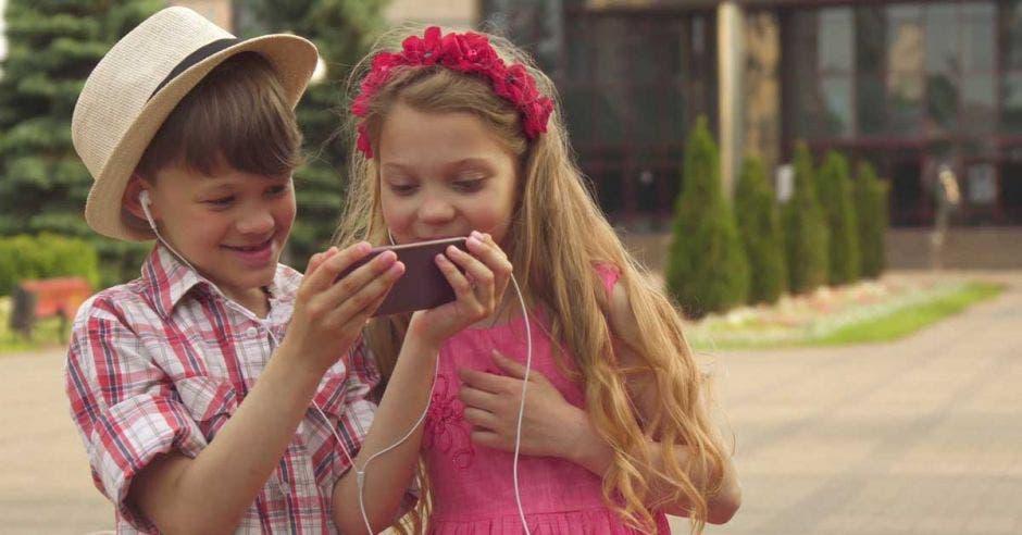 niños usando el celular
