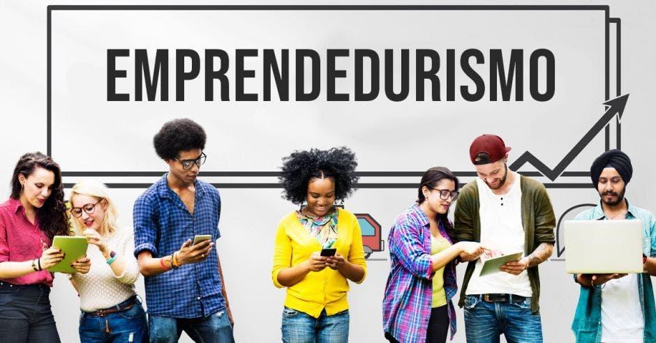 Jóvenes conversan con celulares