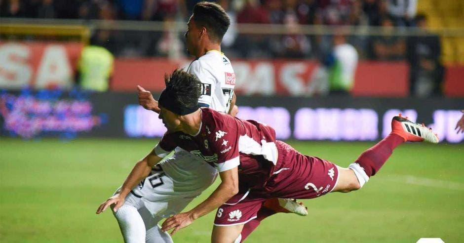 Christian Bolaños sufrió la buena marca de los guadalupanos y tuvo un gris desempeño al igual que el resto del equipo. Saprissa/La República